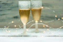 Orario invernale, due vetri di champagne su fondo delle luci immagine stock