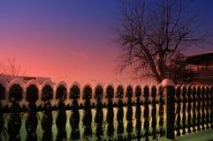 Orario invernale, giardino e recinto del mio vicino coperto di s immagini stock libere da diritti