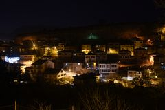 Orario invernale nevoso delle case e delle iluminazioni pubbliche di Safranbolu Karabuk Turchia Immagini Stock Libere da Diritti