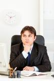 Orario Pensive di pianificazione dell'uomo d'affari in diario Immagini Stock