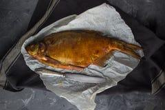 Orata affumicata del pesce su carta Fotografie Stock Libere da Diritti