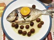 Orata-Al forno Betrüger le olive Stockbild