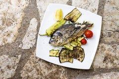 Orata o pesce arrostita deliziosa del dorade su fondo di legno Immagine Stock Libera da Diritti