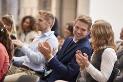 Orateur de applaudissement d'assistance après présentation de conférence photographie stock