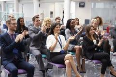 Orateur de applaudissement d'assistance après présentation de conférence images stock