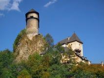 Orava城堡的设防在高岩石的 库存图片