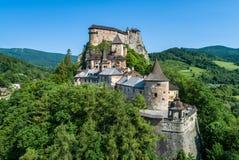 Orava-Schloss in Slowakei Schattenbild des kauernden Gesch?ftsmannes lizenzfreies stockfoto