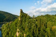 Orava-Schloss in Slowakei Vogelperspektive bei Sonnenaufgang stockfotos