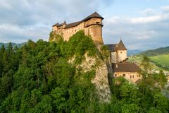 Orava slott i Slovakien Flyg- sikt i sommar p? solnedg?ngen royaltyfri fotografi