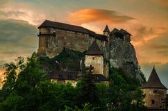 Orava slott i Slovakien på solnedgången Royaltyfri Bild