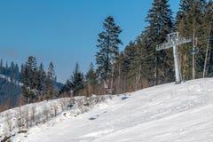Oravice - ανελκυστήρας καρεκλών Φανταστικά έτοιμα ίχνη σκι των διαφορετικών επιπέδων δυσκολίας στοκ εικόνες