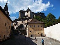 Oravsky城堡庭院 免版税库存照片