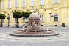 Orb en dwarsstandbeeld in Szekesfehervar, Hongarije Stock Fotografie
