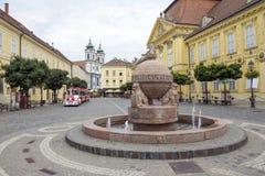 Orb en dwarsstandbeeld in Szekesfehervar, Hongarije Stock Afbeelding