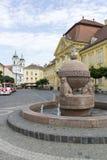 Orb- och korsstaty i Szekesfehervar, Ungern fotografering för bildbyråer