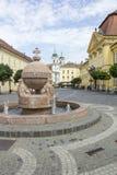 Orb- och korsstaty i Szekesfehervar, Ungern arkivfoton