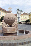Orb- och korsstaty i Szekesfehervar, Ungern arkivfoto
