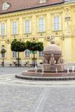Orb- och korsstaty i Szekesfehervar, Ungern royaltyfria foton