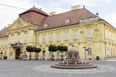 Orb- och korsstaty i Szekesfehervar, Ungern royaltyfri foto