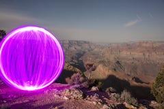 Orb som förbiser den Grand Canyon ljusmålningen arkivfoton