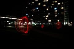 Orbes de la luz roja en el parque de Munich en la noche con la trayectoria Fotos de archivo