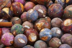 Orbes decorativos de la esfera en las bolas de madera del latón del terraplén del mercado indio Fotos de archivo libres de regalías