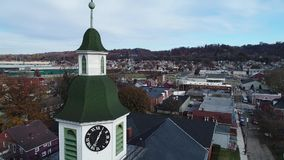 Orbita lenta intorno al campanile delle cappelle della cittadina video d archivio