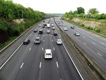 Orbital Motorway för M25 London nära föreningspunkt 17 i Hertfordshire, UK royaltyfria foton