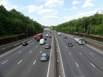 Orbital Motorway f?r M25 London n?ra f?reningspunkt 17 i Hertfordshire, UK royaltyfria bilder