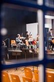 Orchester, das für das Konzert sich vorbereitet Lizenzfreie Stockfotos