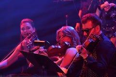 Orchester des Roten Platzes führt am Stadium während des Jahr-Geburtstagskonzerts Viktor Drobyshs 50. bei Barclay Center durch Stockfotos