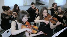orchestra Musicista che gioca violino sul corridoio della sinfonia archivi video