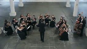 orchestra Musicista che gioca violino sul corridoio della sinfonia video d archivio