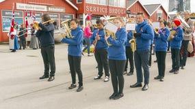 Orchestra norvegese con gli strumenti in vestiti blu Immagini Stock