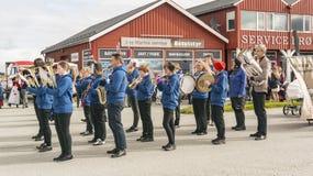 Orchestra norvegese con gli strumenti in vestiti blu Immagine Stock