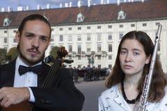 Orchestra sinfonica esecuzione in scena, del violoncello e della flauto fotografia stock