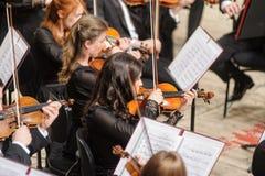 Orchestra sinfonica in scena Giochi del gruppo del violino Fotografie Stock