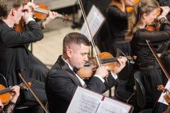 Orchestra sinfonica in scena Giochi del gruppo del violino Fotografie Stock Libere da Diritti