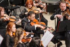 Orchestra sinfonica in scena Giochi del gruppo del violino Immagine Stock Libera da Diritti