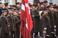 Orchestre militaire avant arrivée de son Prince héritier d'Altesse royale du Danemark Frederik et sa princesse héritière Mar d'Al images stock