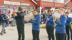 Orchestre norvégien avec des instruments dans des robes bleues Photographie stock libre de droits