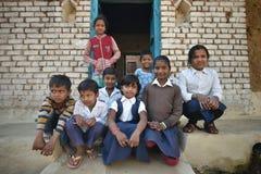 Orchha, India, Listopad 28, 2017: Grupa dzieciaki pozuje outside dom Zdjęcia Stock