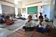 Orchha Indien, November 28, 2017: Grupp av ungar som poserar yttersidahemmet royaltyfri foto