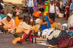 ORCHHA, LA INDIA - 9 DE NOVIEMBRE DE 2017: El grupo de peregrinos indios se basa sobre la tierra imagen de archivo libre de regalías
