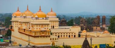 Orchha pejzaż miejski, kicza baranu Raja żółta świątynia Także przeliterowany Orcha, sławny podróży miejsce przeznaczenia w Madhy fotografia royalty free