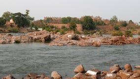 Orchha slott, Madhya Pradesh, berömd loppdestination i Indien Heligt flöda för Betwa flod arkivfilmer