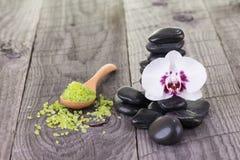 Orchidée blanche, sel de bain et pierres noires en gros plan Images libres de droits