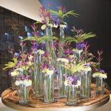 Orchidée bleue d'arrangemen floraux, chrysanthème, clématite, fougère Photo libre de droits