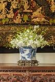 Orchidée dans le vase chinois à modèle Photos libres de droits