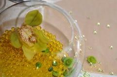 Orchidée dans une décoration de table de cuvette Photo stock